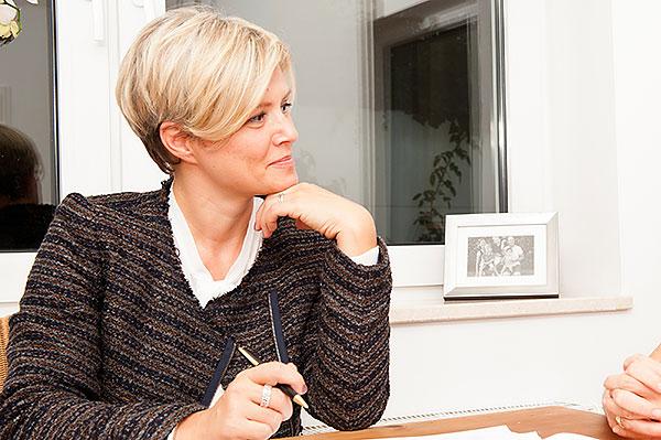 Julia Tiefenbacher beim Gespräch